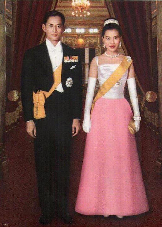 ครอสติสคริสตัลรูปคู่พระบารมี ในหลวงรัชกาลที่ 9 และพระราชินี