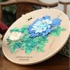 งานปักริบบิ้นดอกโบตั๋นสีน้ำเงินพร้อมเฟรมไม้ By Easy DIY ครอสติสคริสตัล