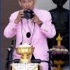 พระบาทสมเด็จพระเจ้าอยู่หัว รัชกาลที่ 9 กับกล้องถ่ายรูปคู่พระหัตถ์